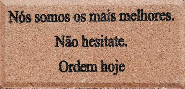 Engraved Brick Português